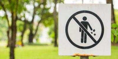 letrero-prohibir-hombre-tirar-basura_34128-50